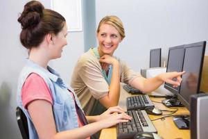 Studenten, die zusammen am Computer arbeiten foto