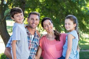 glückliche Familie im Park zusammen foto