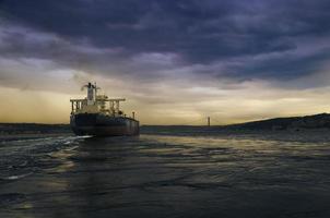 Schiff auf dem Bosporus foto