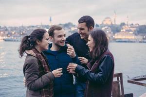 Gruppe türkischer Freunde, die Cay, traditionellen Tee trinken foto