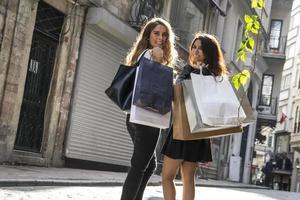 zwei Mädchen beim Einkaufen auf der Straße