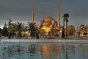 Sonnenaufgang und Reflexionen an der blauen Moschee