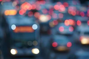 defokussiertes Bild des Nachtverkehrs foto