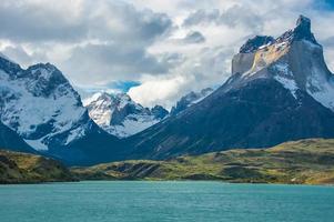 Hochfliegende Cuernos del Paine über den türkisgrauen See, Chile foto