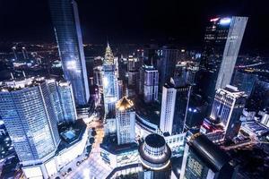 beleuchtete Wolkenkratzer in Chongqing foto