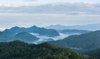 Nebel und Wolkengebirgstal Landschaft