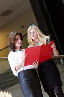 zwei Geschäftsfrauen foto