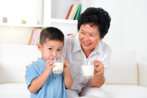 trinke zusammen Milch foto
