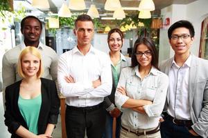 lächelnde Geschäftsleute, die zusammen stehen foto
