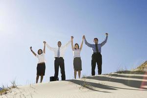 Geschäftsleute, die zusammenstehen, indem sie Hände heben foto