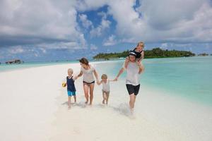 glückliche Familie im Urlaub foto