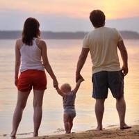 glückliche dreiköpfige Familie