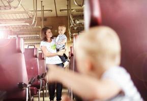 Familienreise im Zug foto