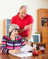 Paar, das Familienbudget berechnet foto