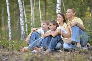 schöne glückliche Familie entspannend