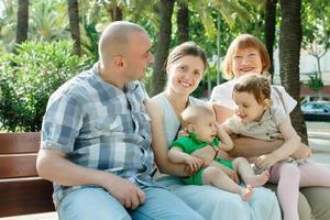 glückliche fünfköpfige Familie mit mehreren Generationen foto