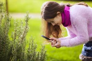 Kinder studieren Biologie foto