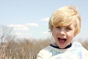 glückliches Kind draußen foto