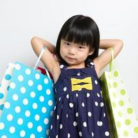Kind mit Einkaufstüten foto