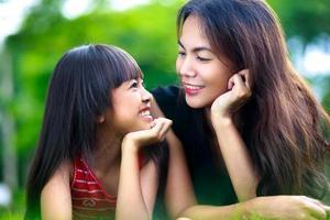 glückliche Mutter und Kind Mädchen foto