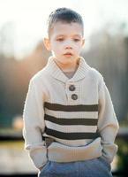 Kinderporträt schöner kleiner Junge foto