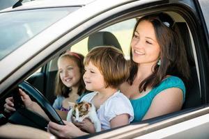 Mutter und Kind fahren Auto foto