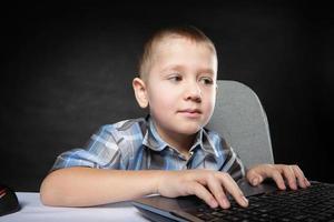 Computersuchtkind mit Laptop-Notebook foto