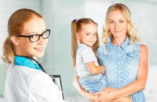 Mutter und Kind zum Kinderarzt aufsuchen foto