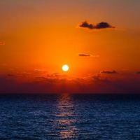 wunderschöner Sonnenuntergang. schöner Sonnenuntergang über dem Meer foto