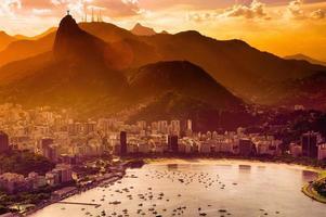eine Ansicht von Botafogo während eines Sonnenuntergangs foto