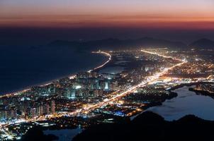 Barra da Tijuca in der Nacht foto