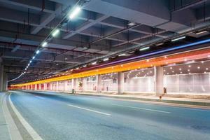 Lichtspuren in abstrakter Stadtstraße
