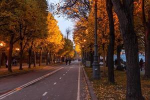 der Damm des Moskauer Flusses im Herbst.