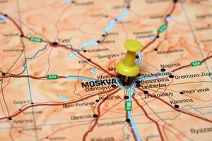 Moskau auf einer Karte von Europa festgesteckt