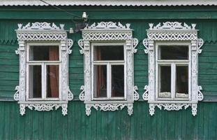 Russland. Vereya. drei Fenster mit geschnitzten Architraven