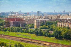 Stadtbild, alter Teil der Stadt Moskau. die Eisenbahn im Vordergrund