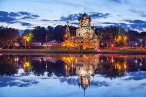 Dreifaltigkeitskirche, die sich im Ostankino-Teich widerspiegelt foto