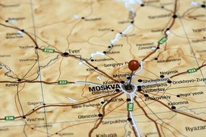 Moskau auf einer Karte von Europa festgesteckt foto