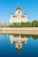 Christus der Retter spiegelte sich im Wasser des Flusses foto