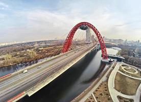 Luftaufnahme auf roter Hängebrücke, Moskau foto