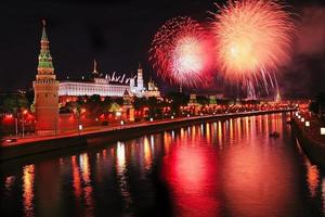 Feuerwerk über dem Kreml in der Nacht foto