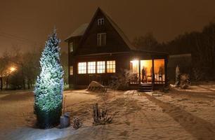 Bezirkshaus (Datscha) und geschmückter Weihnachtsbaum. Moskau Region. Russland.