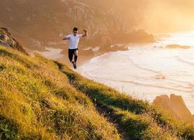 Mann, der Trailrunning und Springen übt foto