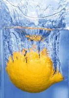 Zitrone ins Wasser spritzen foto