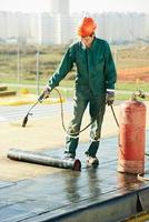 Reparaturarbeiten an Flachdachabdeckungen mit Dachpappe foto