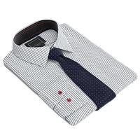 gefaltetes klassisches Herrenhemd mit langen Krawatten