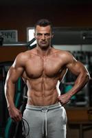 hübsche muskulöse Männer mit Springseil