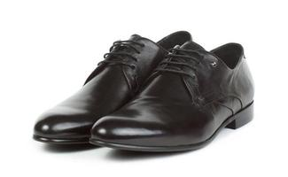 Paar schwarze Schuhe mit Schnürsenkeln für Männer foto
