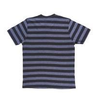 gestreiftes Herren-T-Shirt mit Beschneidungspfad. zurück. foto