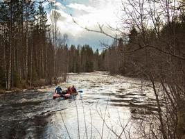 Gruppe von Männern auf einem Katamaran, der den Fluss schwimmt